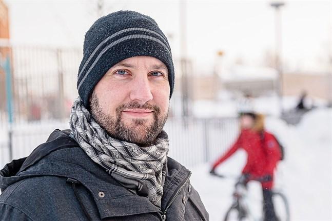Daniel Tunér uppskattar eftermiddagsverksamheten i Jakobstad, men ifrågasätter avgiftssystemet.