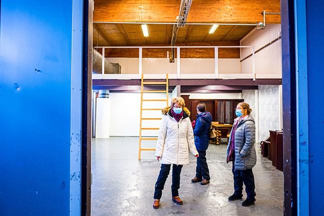 Kristina Slotte, Hilkka Huggare och Mona Häggblom i en del av den stora lokal som ska bli loppis i Kronoby.