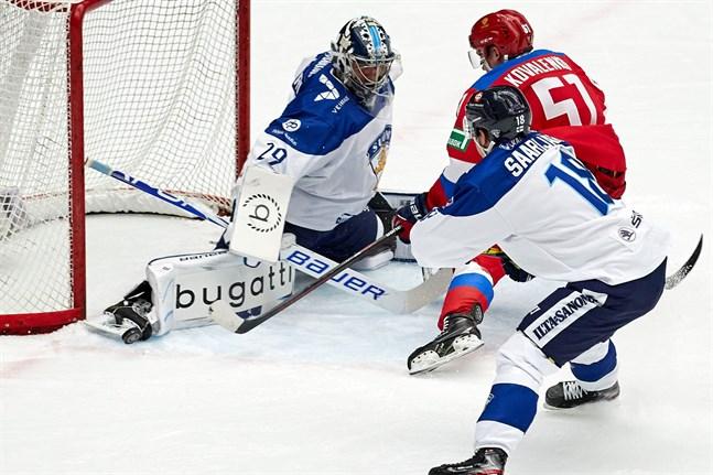 Harri Säteri stod sysslolös i långa stunder, men när de ryska påhälsningarna kom var de farliga. Här sätter Säteri stopp för Nikolaj Kovalenko, med lite hjälp av Vili Saarijärvi.