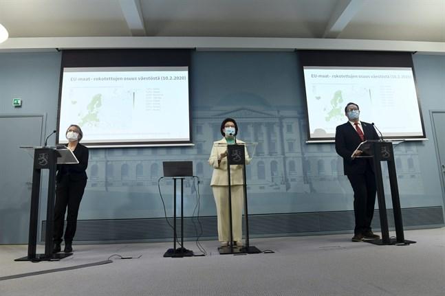 Anni Virolainen-Julkunen och Liisa-Maria Voipio-Pulkki från Social- och hälsovårdsministeriet samt Mika Salminen från Institutet för hälsa och välfärd på torsdagens presskonferens.