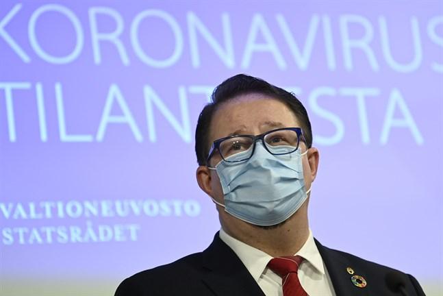Direktör Mika Salminen på Institutet för hälsa och välfärd avråder alla från att resa eller ordna större sammankomster under sportlovet.
