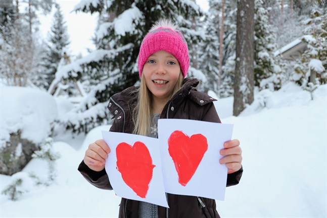 Linnea Holms hoppas att korten ska göra de äldre glada.