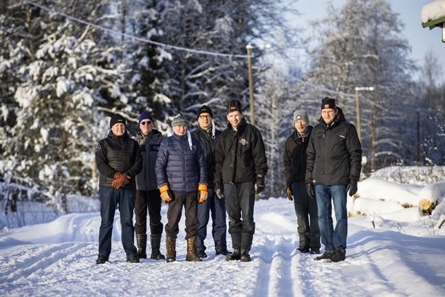 Från vänster: Jan Furunäs, Göran Furunäs, Samuel Kvist, Harri Franssi, Kristian Knip, Bertel Widd och Andreas Knip. De är några av de drygt 20 talkojobbarna som ser till att skidspåren i Kvevlax och Hankmo är i skick.