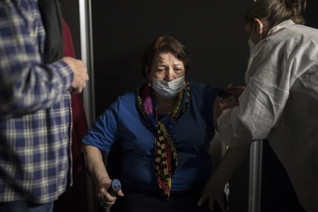En kvinna i Le Cannet i södra Frankrike får en dos av Modernas covidvaccin. Arkivbild.