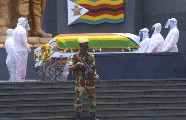 Begravning av tre högt uppsatta zimbabwier i Harare i januari. Landets elit är van vid att kunna söka vård utomlands, men drabbas nu också hårt av pandemin.