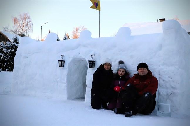 Familjen Palviainen i Vasa har ett eget litet snöslott på gården. Dottern Sofia har gjort vimpeln på taket och den symboliserar vänskap för alla. –Slottet är för både pojkar och flickor och här får man bara vara vänner, säger hon.