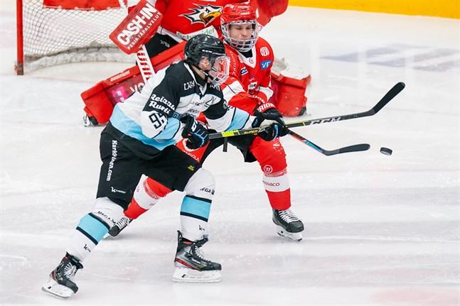 Aleksi Mäkelä gjorde sitt första ligamål för Sport och fick liksom lagkamraterna jobba stenhårt i försvaret mot centern Artturi Toivolas ettriga Pelicans.