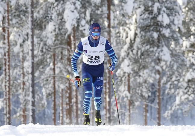 Bilden är från sprinten i början av veckan där det blev platt fall i kvartsfinalen för Alexander Ståhlberg. Men i distansloppet på 10 kilometer fritt fick han minsann revansch.