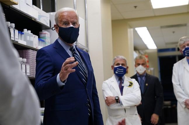 Joe Biden besökte vaccinforskningscentret vid National Institutes of Health i Maryland på torsdagen.