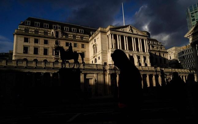 Mörka moln hopar sig över Bank of England. Den brittiska centralbanken räknar med att ekonomin krymper 4 procent under första kvartalet i år.