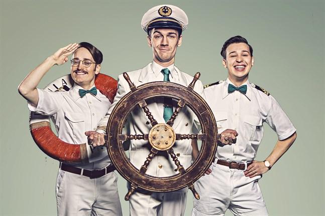 Axel Åhman, Kevin Holmström och Jakob Norrgård hälsar välkommen ombord på kryssningsfartyget Botnia Paradise.