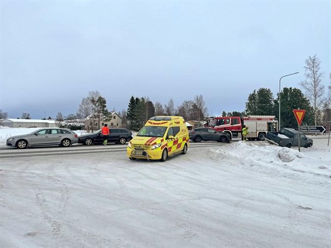 Fyra personbilar var inblandade i en kedjekrock i Finby på fredagseftermiddagen.