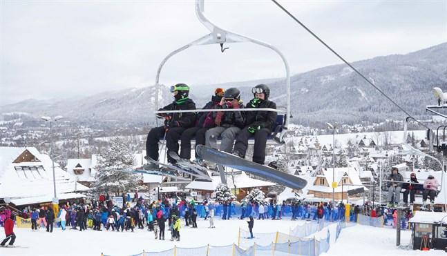 Människor flockades på Polens skidanläggningar i helgen när reglerna lättades, som här i Zakopane i Tatrabergen.