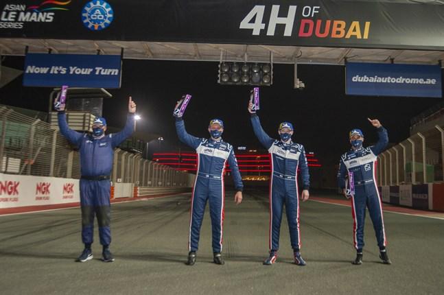 Glada miner efter den första segern för United Autosports i Dubai i lördags. Ken Clayton (till vänster) och förarna Rory Penttinen, Wayne Boyd och Manuel Maldonado.
