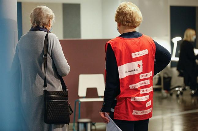 Utbildade frivilliga från Röda Korset ger råd åt dem som kommer för att vaccinera sig.