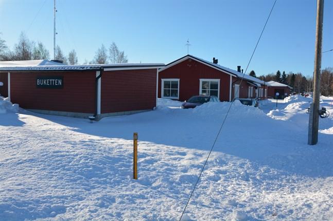 På äldreomsorgscentret Buketten i Korsnäs är ett 15-tal ur personalen i karantän. Nu hoppas man på mera vaccin så att mera vårdpersonal kan vaccineras så fort som möjligt.