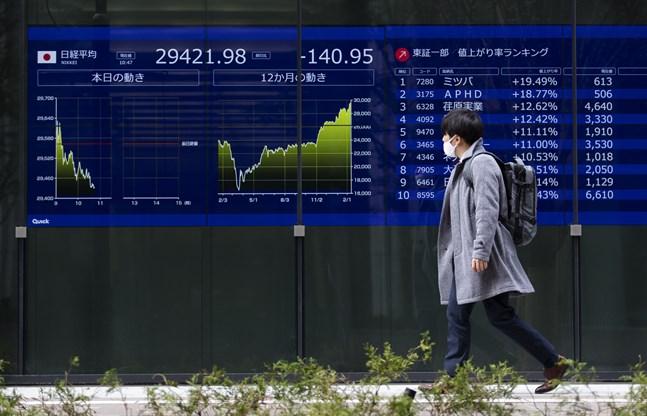 Tokyobörsen inledde handelsveckan på plus. Bild från i fredags.