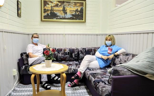 Margareta Kujanpää och Ann-Sofi Vestman ser bara fördelar med att ha ett rum för anhöriga. Soffan går att bädda ut till en säng, så det är möjligt att övernatta i rummet. Färgvalet är ingen slump. Lila har en lugnande effekt.