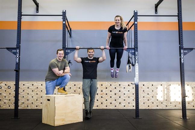 Tom Lunabba, Greger Strand och Maija Engblom vill att deras crossfit-box ska vara ett ställe där både ung och gammal kan bekanta sig med sporten.