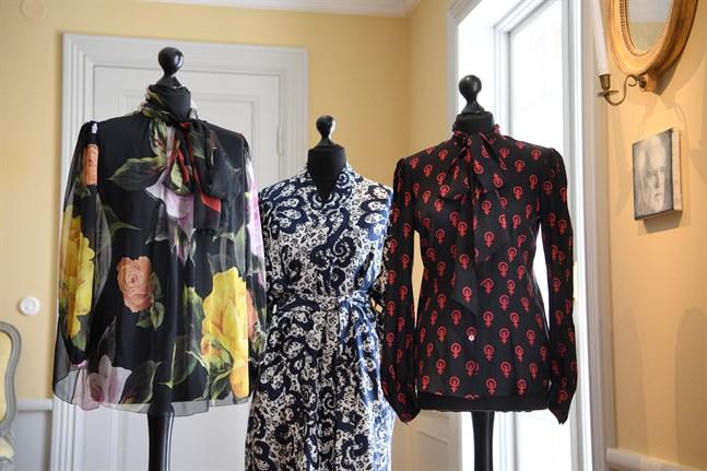 Ett 80-tal av Danius efterlämnade kläder auktioneras ut på Tradera, till förmån för Sara Danius minnesfond.