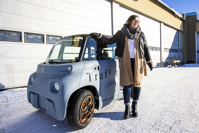 Förra tisdagen fick den första eleven provköra nya mopedbilen. Kajsa Kronqvist är glad över att hon vågade investera i den.
