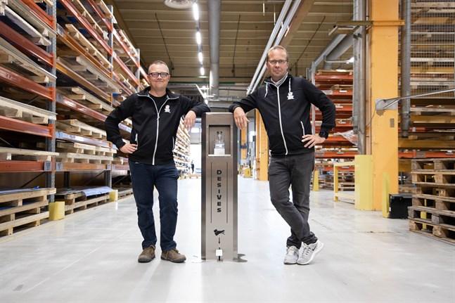 Jani Poikkimäki och Tom Bergström visar upp Veslatecs automat för handsprit.