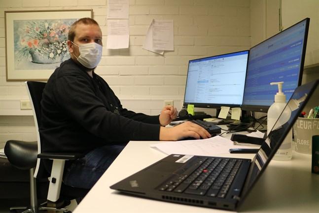 Nico Jäväjä har flyttat över från sin ordinarie tjänst som avdelningsskötare på barnavdelningen för att i stället bekämpa coronan på infektionsmottagningen. Hans jobb handlar bland annat om att hitta digitala hjälpmedel som kan användas.
