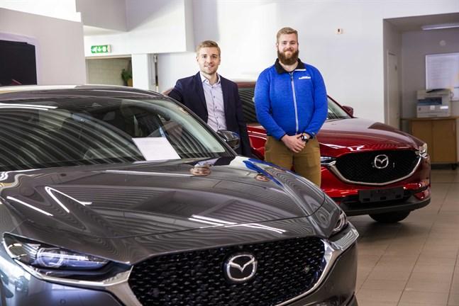 Jere och Jesse Lähdemäki har parkerat de första bilarna av märket Mazda i Lähdemäkis utrymmen på Mjölnaregatan.