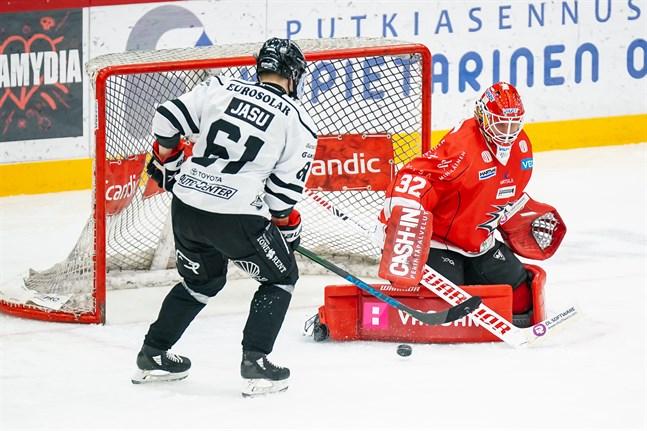 22 räddningar blev det totalt av Niko Hovinen. Här är det centern Juhani Jasu som tvingas se sig besegrad av Sports målvakt.