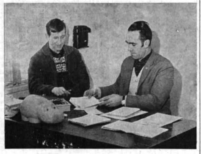 Det löpande arbetet på strejkkontoret i Närpes sköts i huvudsak av Martin Branting t.v. och Ruben Their.