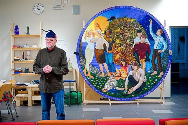 Det har tagit Tom Tiainen ett halvt år att jobba fram målningen i Kronoby gymnasium.