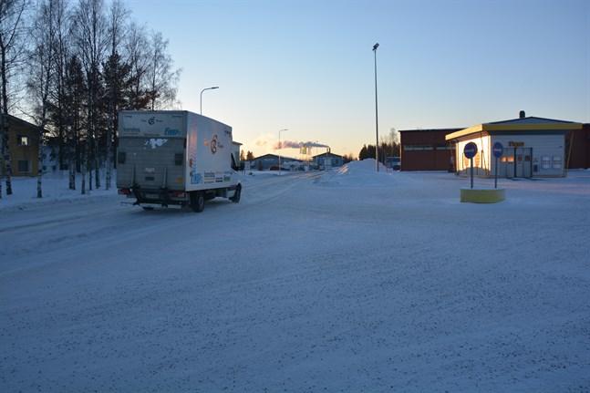 Trafiksäkerheten ska förbättras längs Tegelbruksvägen på Högback i Finby. En gång-och cykelväg ska byggas på den norra sidan av vägen.