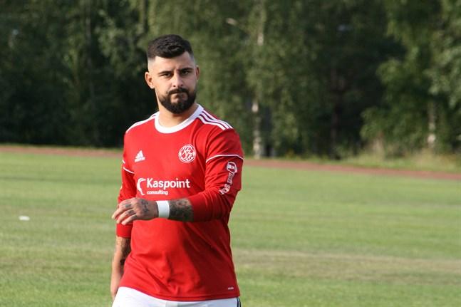 Bekir Kadic har skrivit på för Kaskö IK. Tränaren Johan Bärnlund hoppas på att anfallaren ska vara i bättre fysisk form nu än under förra säsongen.