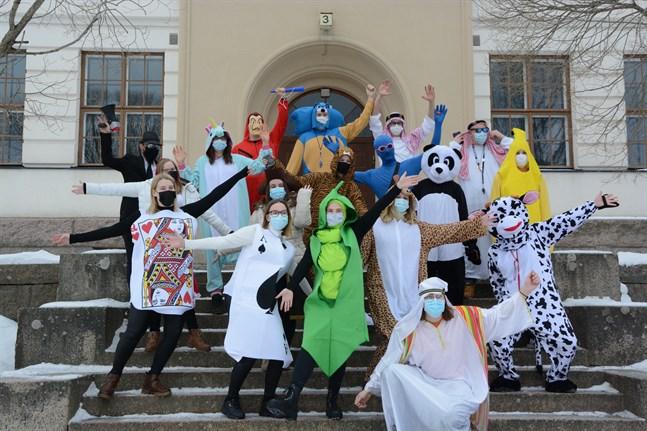 Abi -21 vid Kristinestads gymnasium ordnade en annorlunda bänkskuddardag. Men kostymer ville de ha.
