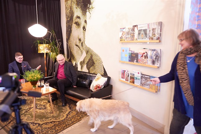 – Nämen hej, det är ju en hund, utbrister Thomas Lundin när Carita Päivärinta kommer in med sin Hope. I soffan sitter redan biskop Bo-Göran Åstrand.