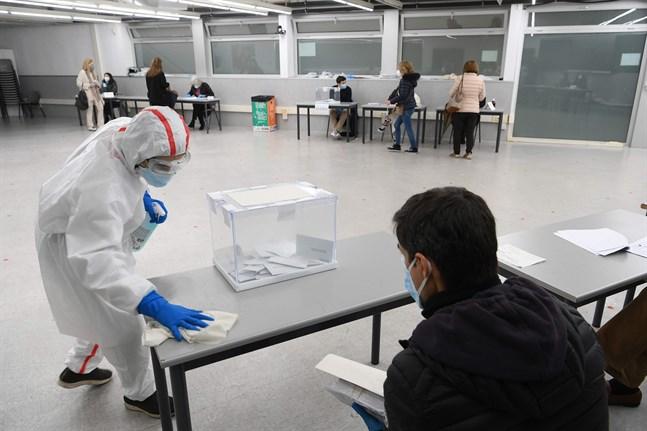 Katalonien genomförde sitt regionval under pandemin med säkerhetsåtgärder. Valdeltagandet blev ändå rekordlågt, bara 53 procent jämfört med 79 procent år 2017.