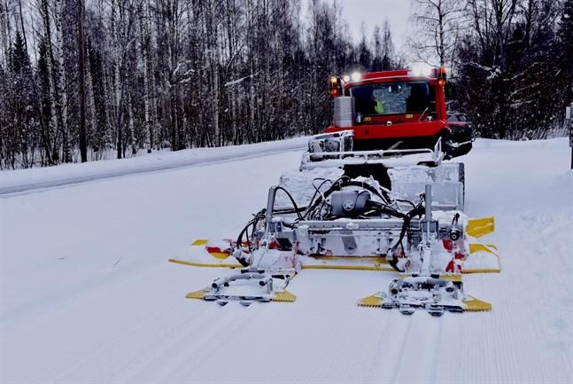 Då Kari Viinikka drog upp nya klassiska spår från Torsviken till Messträsket på torsdagen gjorde han med maskinen inställd på maximal bredd. Det innebär att det finns ett 135 centimeter brett utrymme för skejtåkaren mellan de två klassiska längdspåren.