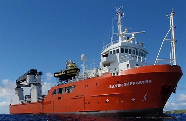 En man som föll från lastfartyget Silver Supporter räddades efter 16 timmar i vattnet.