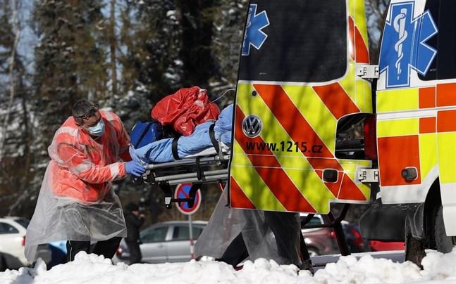 En covid-19-sjuk patient transporteras med ambulans i Cheb i Tjeckien.