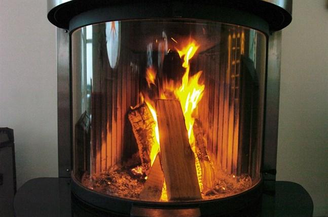 Många vill mysa framför kaminen när temperaturen kryper nedåt, men det gäller att inte belasta eldstaden för hårt.