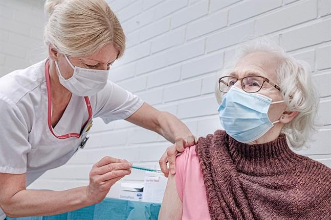 89-åriga Dagny Vilkas har väntat på vaccinet. På torsdagen var det äntligen dags för första dosen. Enligt hälsovårdare Irene Nygård har vaccineringarna hittills förlöpt smidigt.