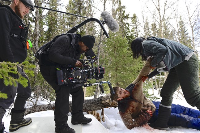"Filmfotografen Benjam Orre sköter kameran under inspelningen av ""Red Dot"". På marken ligger den manlige huvudrollsinnehavaren Anastasios Soulis."