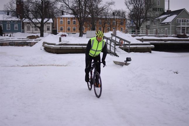 Man kan också cykla på isen. Tomas Lindfors får ihop ganska många kilometer om han åker banan runt.