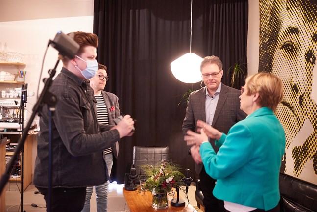 Två av gästerna i Thomas Lundins soffa är Patrick Ragnäs och Ulla-Maj Wideroos.