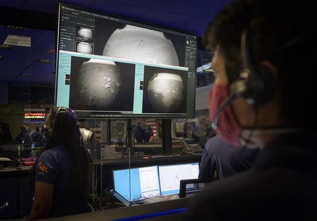 De två första bilderna från Mars som sonden Perseverance sände hem. Nu kommer snart mer slående foton och videor.