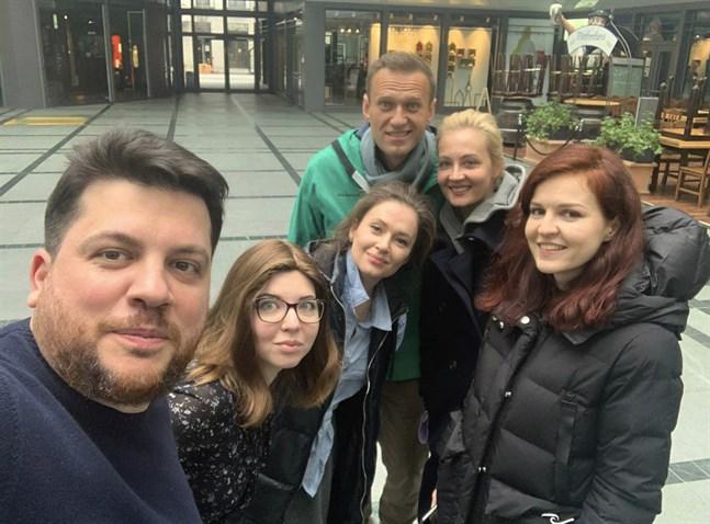 Leonid Volkov, längst fram till vänster, på en selfie tillsammans med den nu fängslade ryske oppositionspolitikern Aleksej Navalnyj och hans hustru Julia inför Navalnyjs återvändande till Moskva i januari. På söndag möter Volkov en rad EU-utrikesministrar i Bryssel. Arkivfoto.