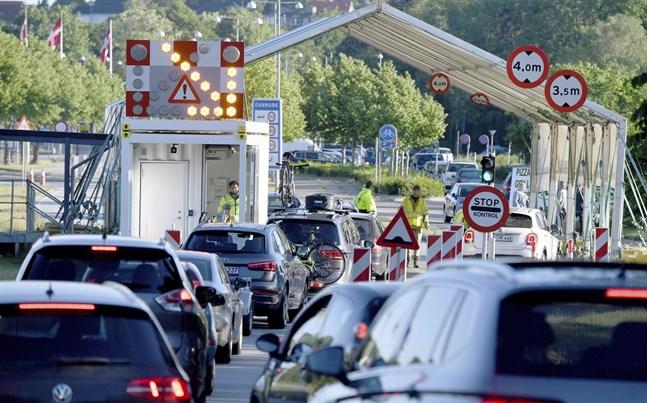 Intensiv trafik vid en av gränsövergångarna mellan Danmark och Flensburg i Tyskland. Nu stänger Danmark flera gränsövergångar mot Flensburg på grund av ökad smittspridning. Arkivbild från juni 2020.