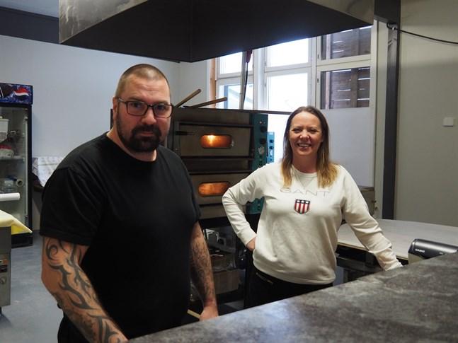 Pimjalo gårds nya pizzeria heter Pimjalo pizza. Janne Pallaspuro är pizzabagare, och Teresa Hansson brukar hjälpa till i restaurangen som finns i knäckebrödsbageriet.