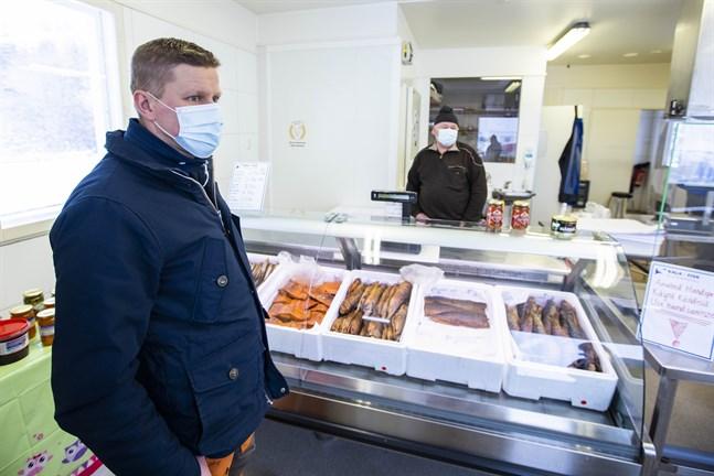 Reijo Ruotsala tog över fiskbutiken på Fjärdskär i mars. Nu bygger han ut.