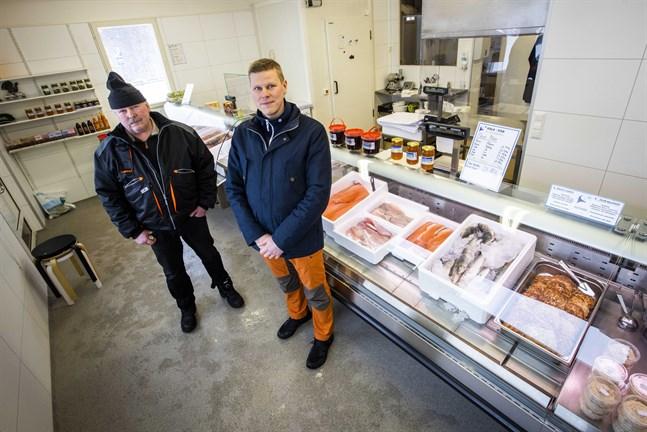 Rune Cederberg och Reijo Ruotsala har varit konkurrenter men beskriver sig som kollegor. Ruotsala får behålla Cederberg hos sig ett litet tag eftersom han ska hjälpa dem navigera rätt med rökugnarna.